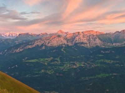 Les derniers rayons éclairent les sommets du massif des bornes et de la chaine du Mont Blanc