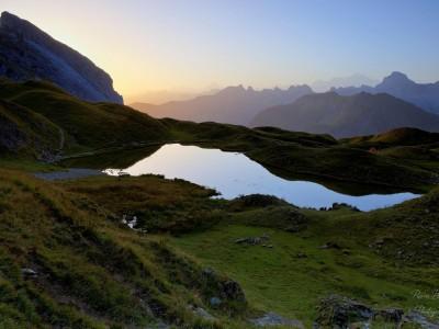Le Lac de Peyre au lever du jour