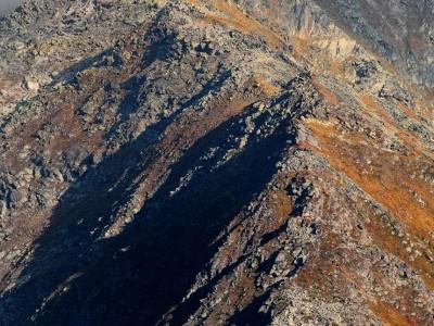 Les crètes au pied du massif du Mont Blanc sous une lumière d'automne